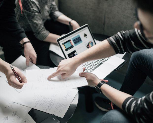 Teams arbeiten an Startups