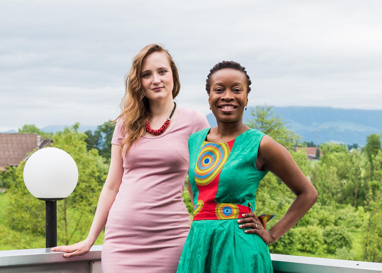 Zwei Gründerinnen, die über Erfolg des Unternehmens reden